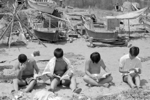 10浜辺で読書.jpg